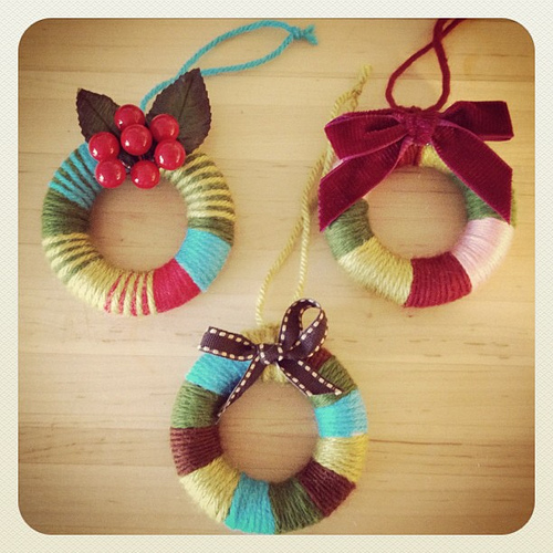 yarn wreath ornaments christmas crafting at weewonderfuls.com
